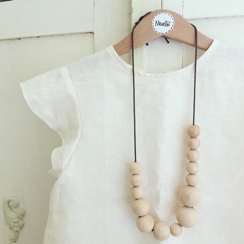 vestito e collana legno