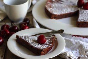 Torta di cioccolata con ciliegie (senza uova)